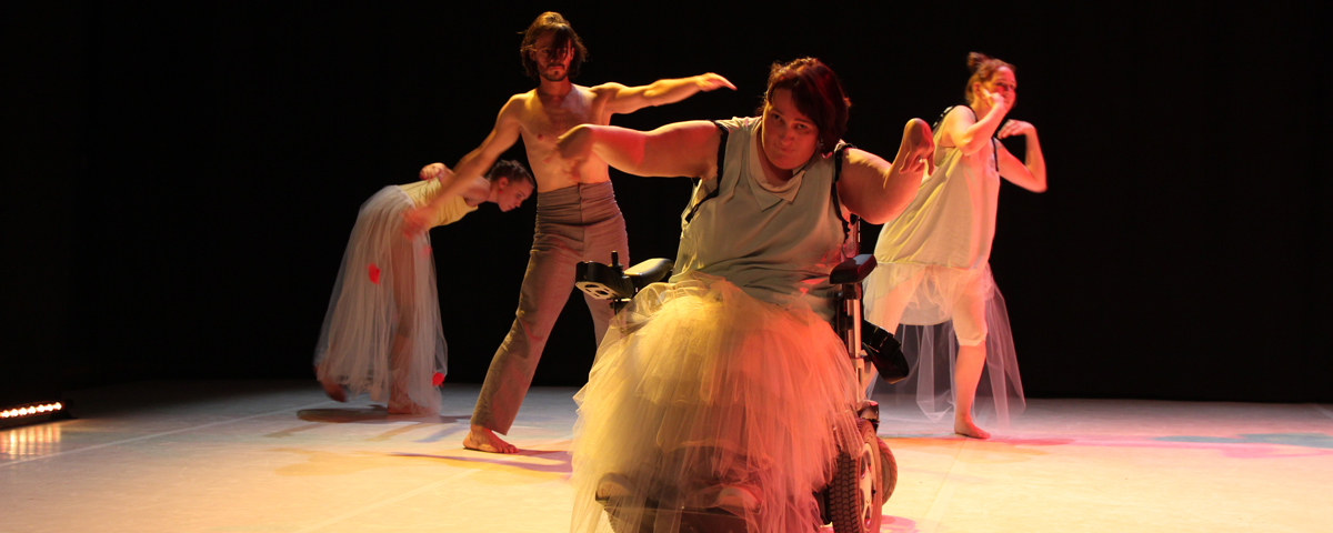 """Tanzimpression aus der Tanzproduktion """"Ich lache also bin ich""""."""