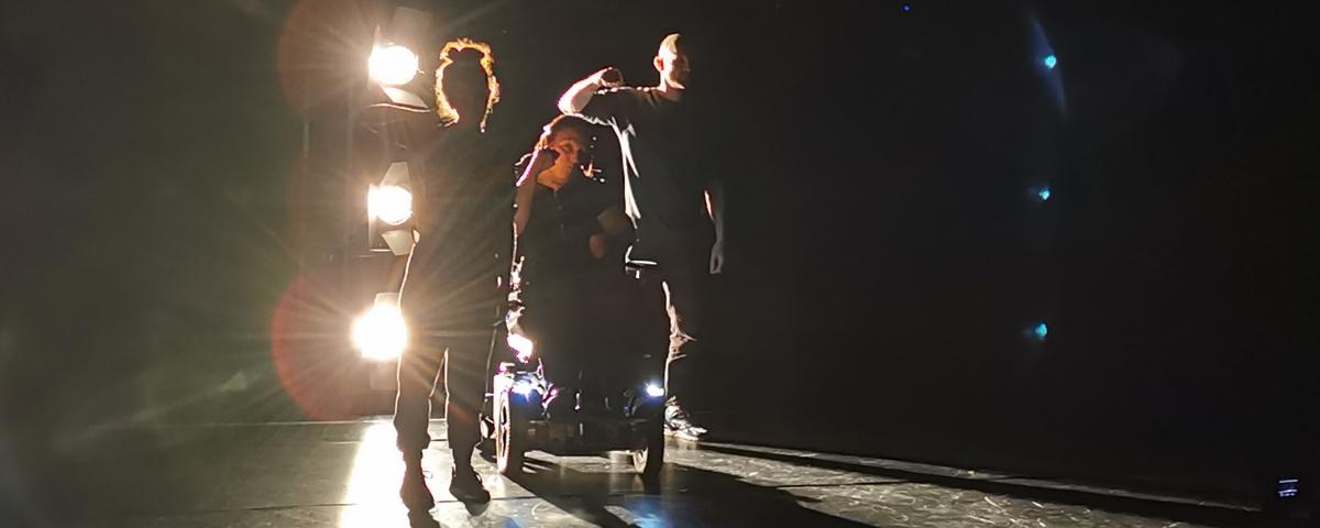Klare Kante Banner. 3 Tänzer:innen auf einer Bühne, alle mit erhobender Faust.
