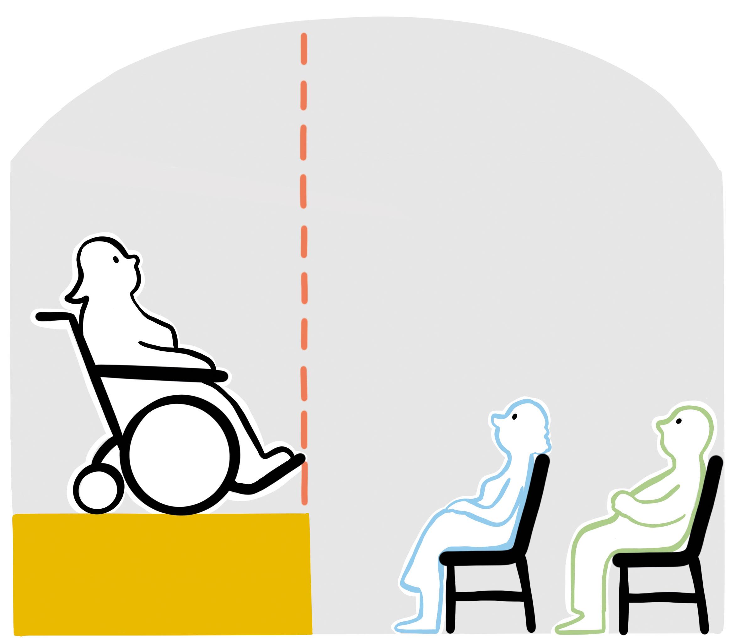 Frau im Rollstuhl steht am Rand einer Bühne. 2 Zuschauende schauen Frau an.